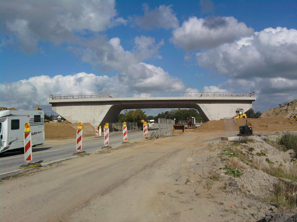 Fertig ausgeschalt, erkennt man die Form einer Schrägstielbrücke.