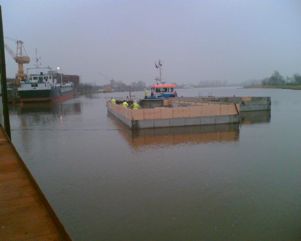 Ausgedockt werden die Pontons dann über Stör, Elbe und Bille zu ihrem Bestimmungsort im Mittelkanal in Hamburg geschleppt.
