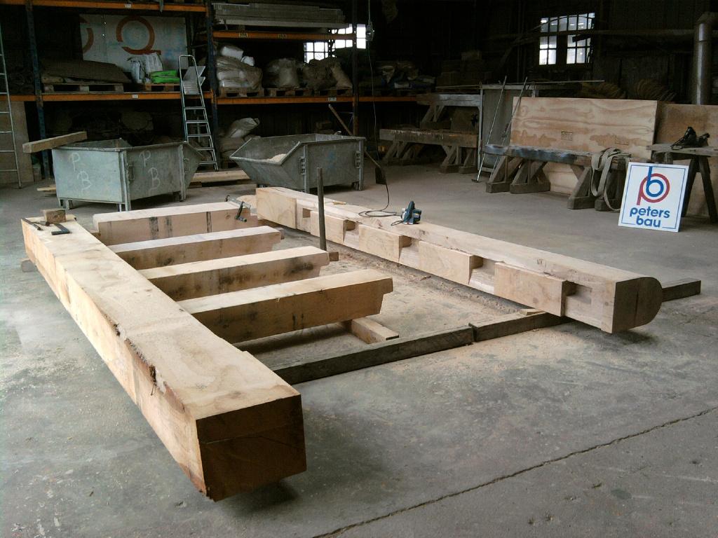Anfertigung der neuen Schleusentore aus Eiche mit zimmermannsmäßigen Holzverbindungen.