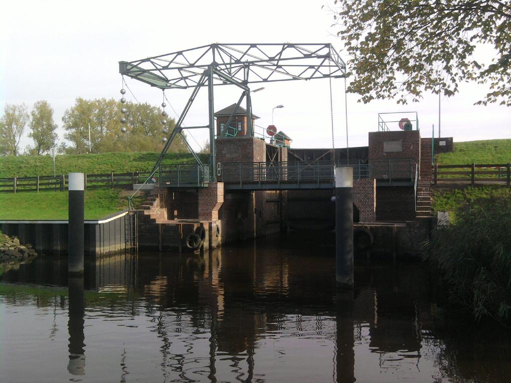 Fertig sanierte Brücke. Die Stahlkonstruktion war neu zu konservieren und die Pfeiler und Widerlager mussten erneuert werden.