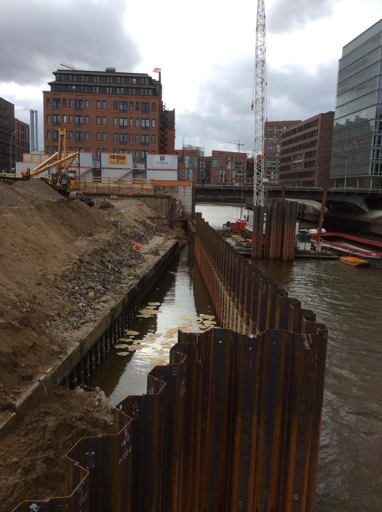 Baustelle bei Hochwasser