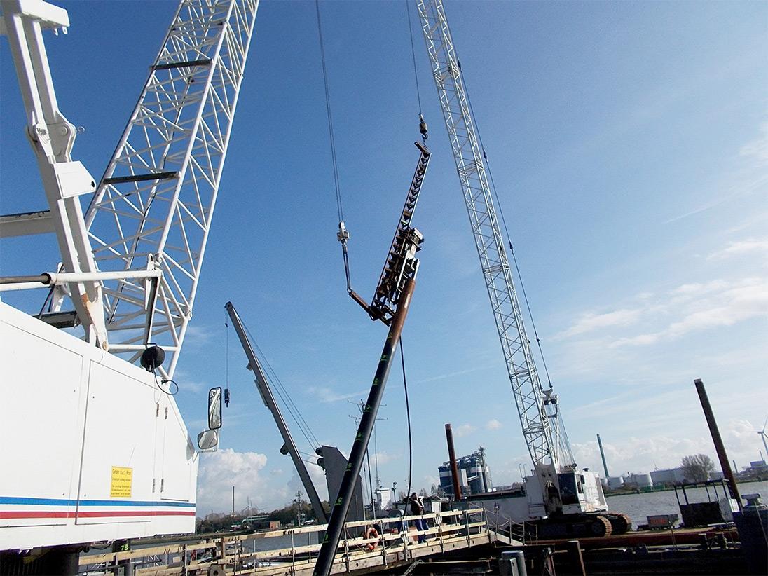 Als Gründung dienen 13 Stahlpfähle schräg und lotrecht mit einer Länge von jeweils 25 m.