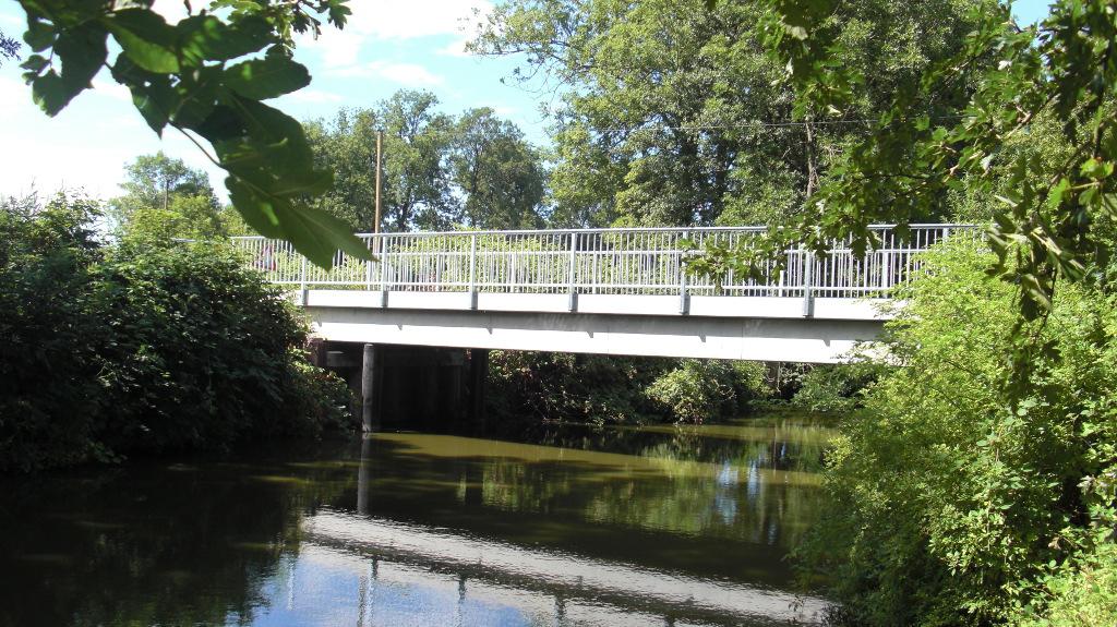 Wasseransicht der fertigen Brücke: 22,00 Länge; 14,00 m Stützweite; 3,50 m Breite; auf Pfählen gegründet.