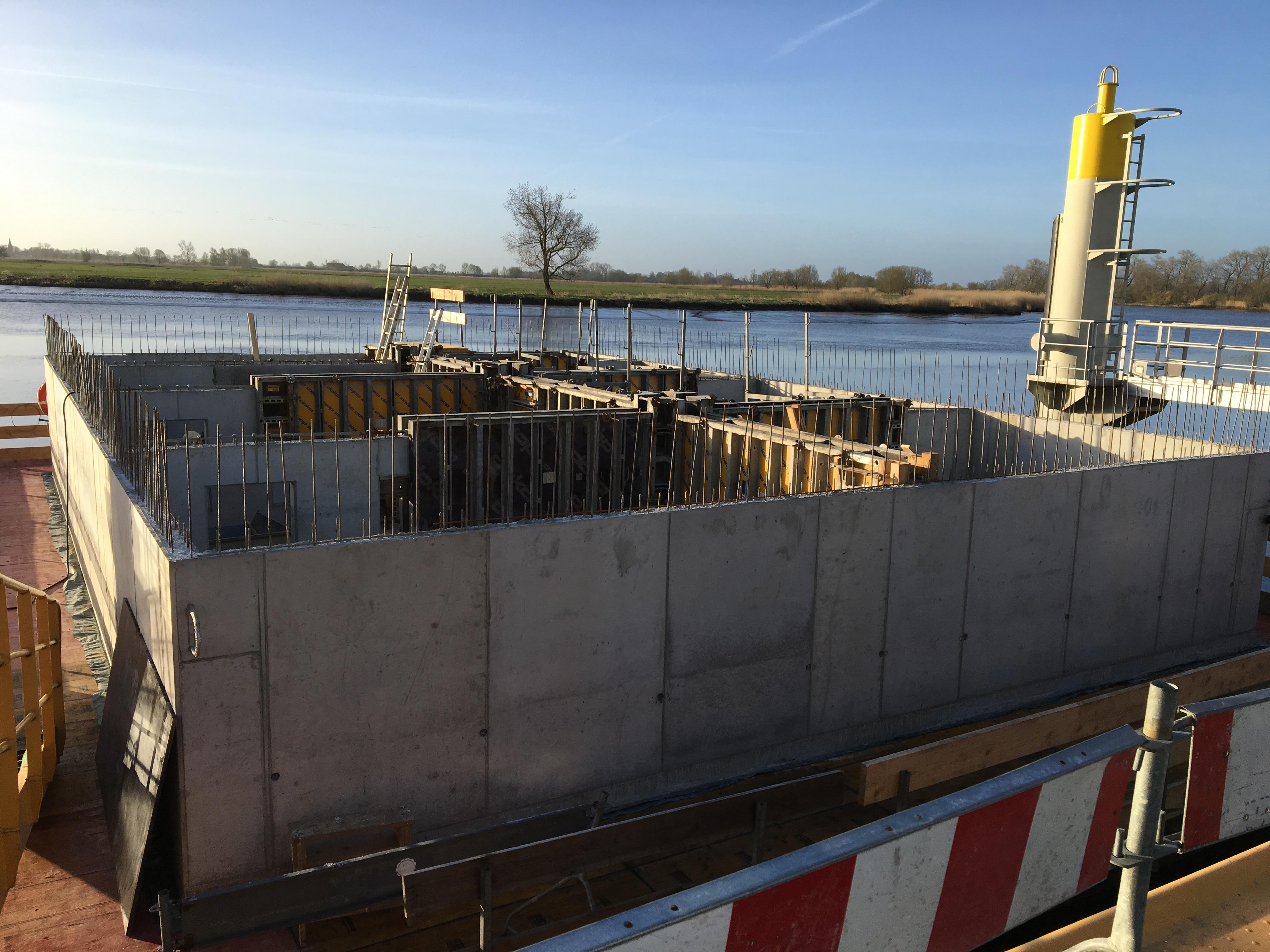 Hier sieht man die noch teilweise eingeschalten Wände als Grundgerüst des Pontons. Hergestellt wurde er am Kai der Peters-Werft in Wewelsfleth.