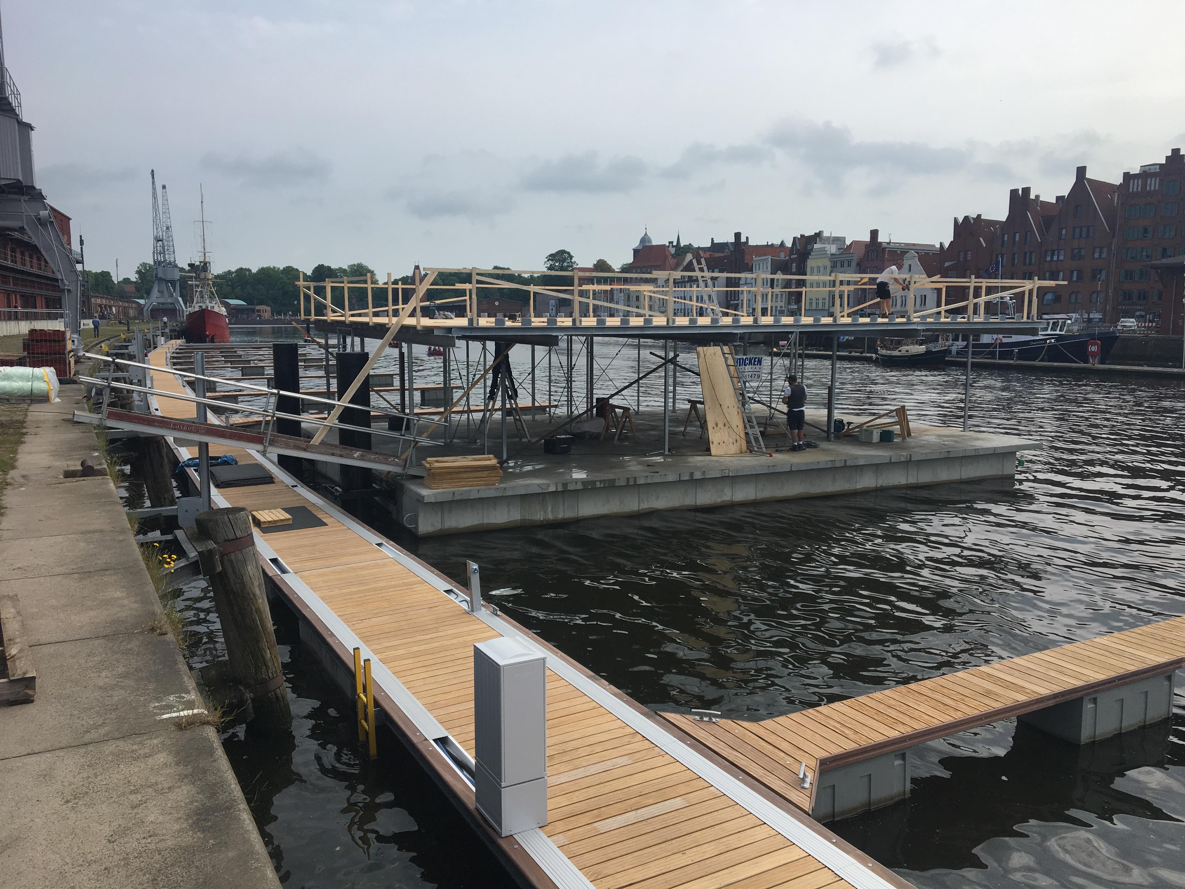 Nach der Überfahrt das Pontons nach Lübeck liegt er dort nun am endgültigen Liegeplatz an den Mediadocks und wird nun zum Service-Ponton mit Sanitäranlagen ausgebaut. Seine Abmessungen sind 15,70 x 11,00 m (Bedingt durch Schleusungen auf dem Transportweg)