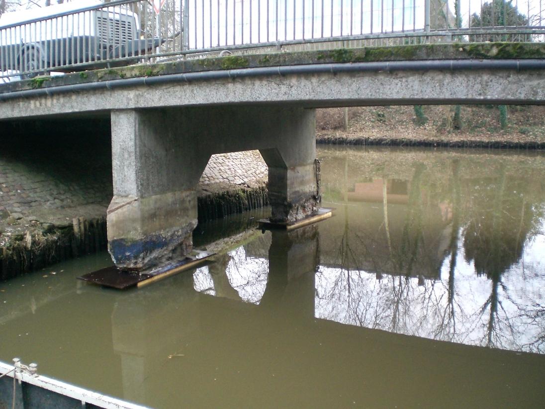 Absenkung des Wasserstandes der Wilster-Au, Abbruch des schadhaften Betons.