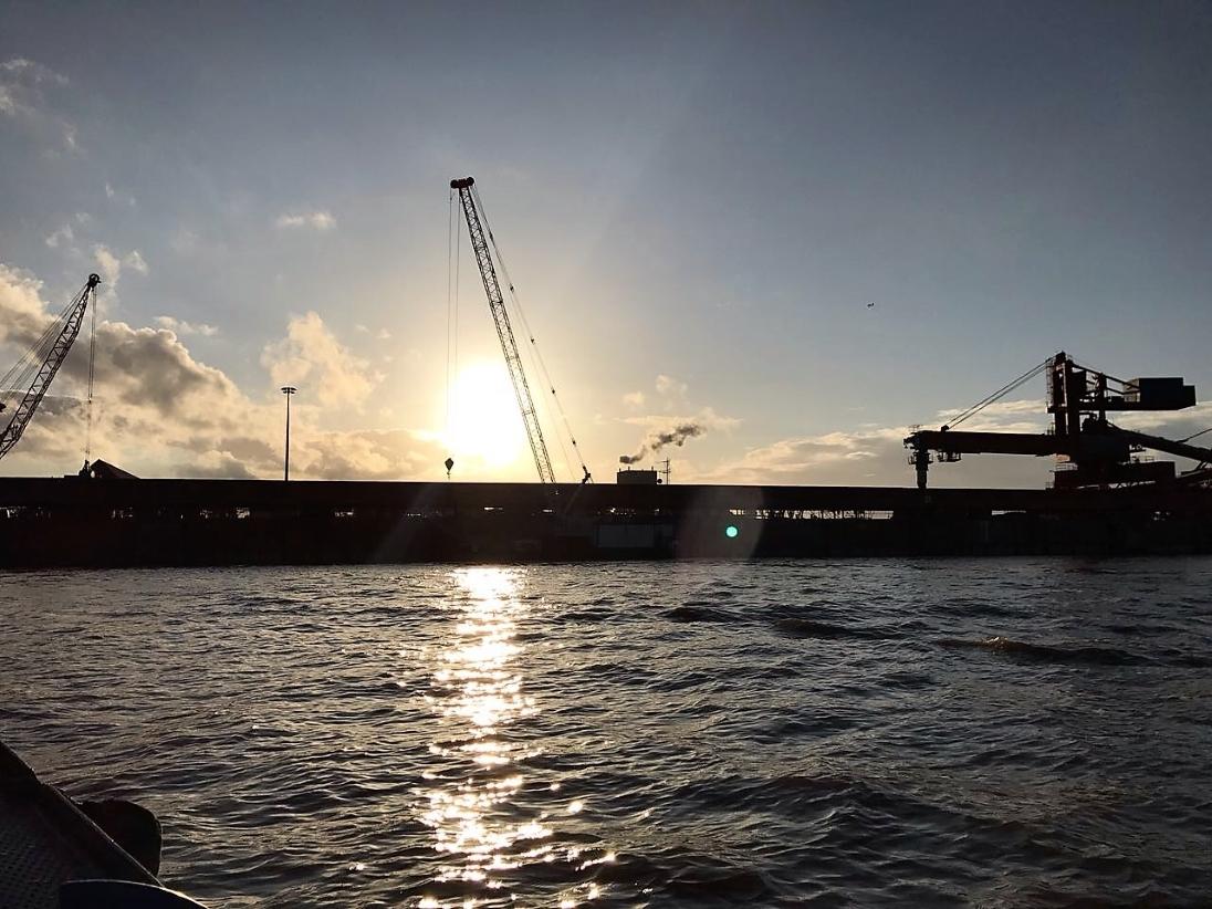 Baustellenromantik an der Elbe. Neben rauem Wetter gibt es auch solche Tage.