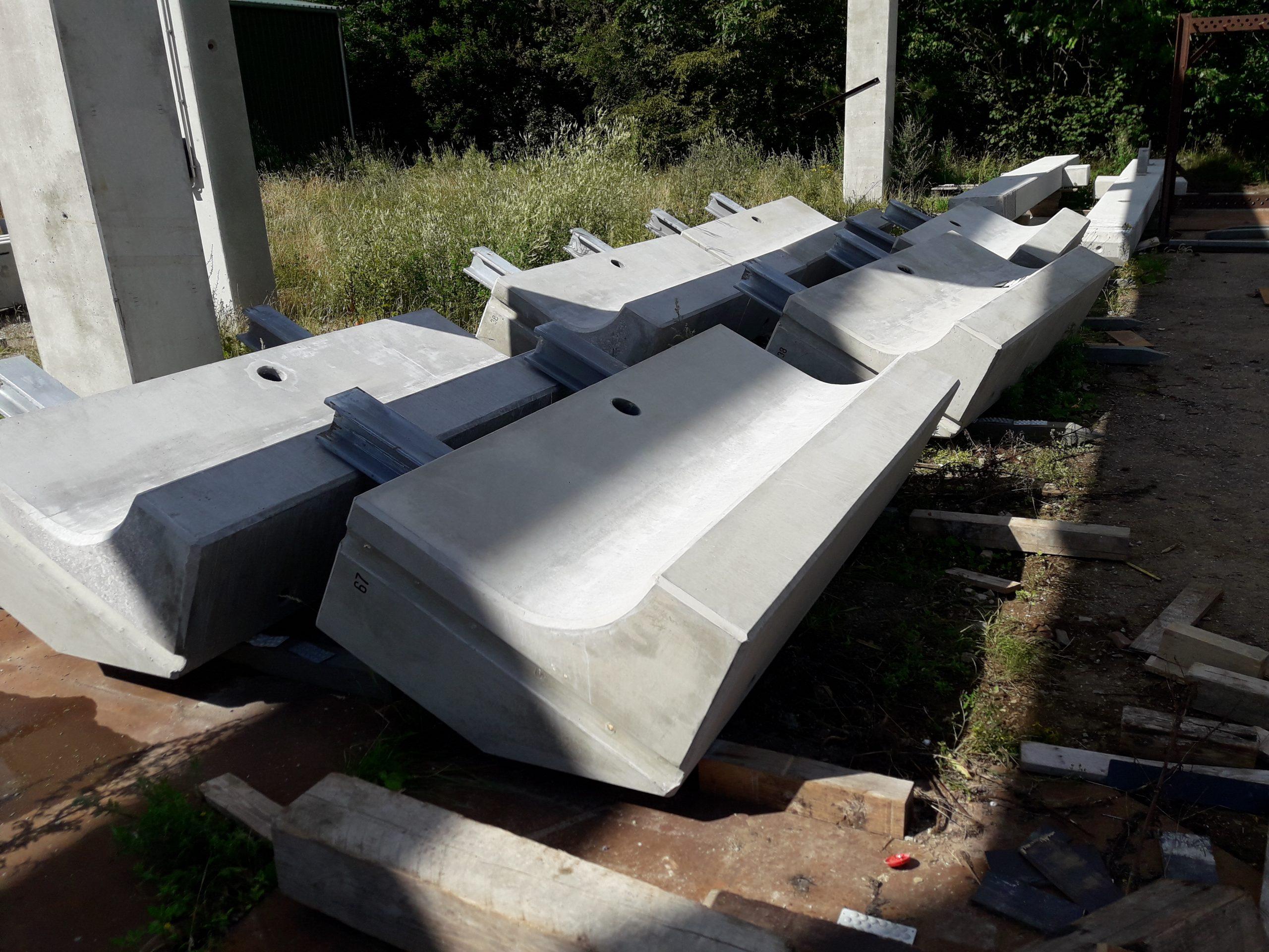 58 Stahlbeton-Wandkopffertigteile je 3t, 2,40 m breit, 1,05m hoch
