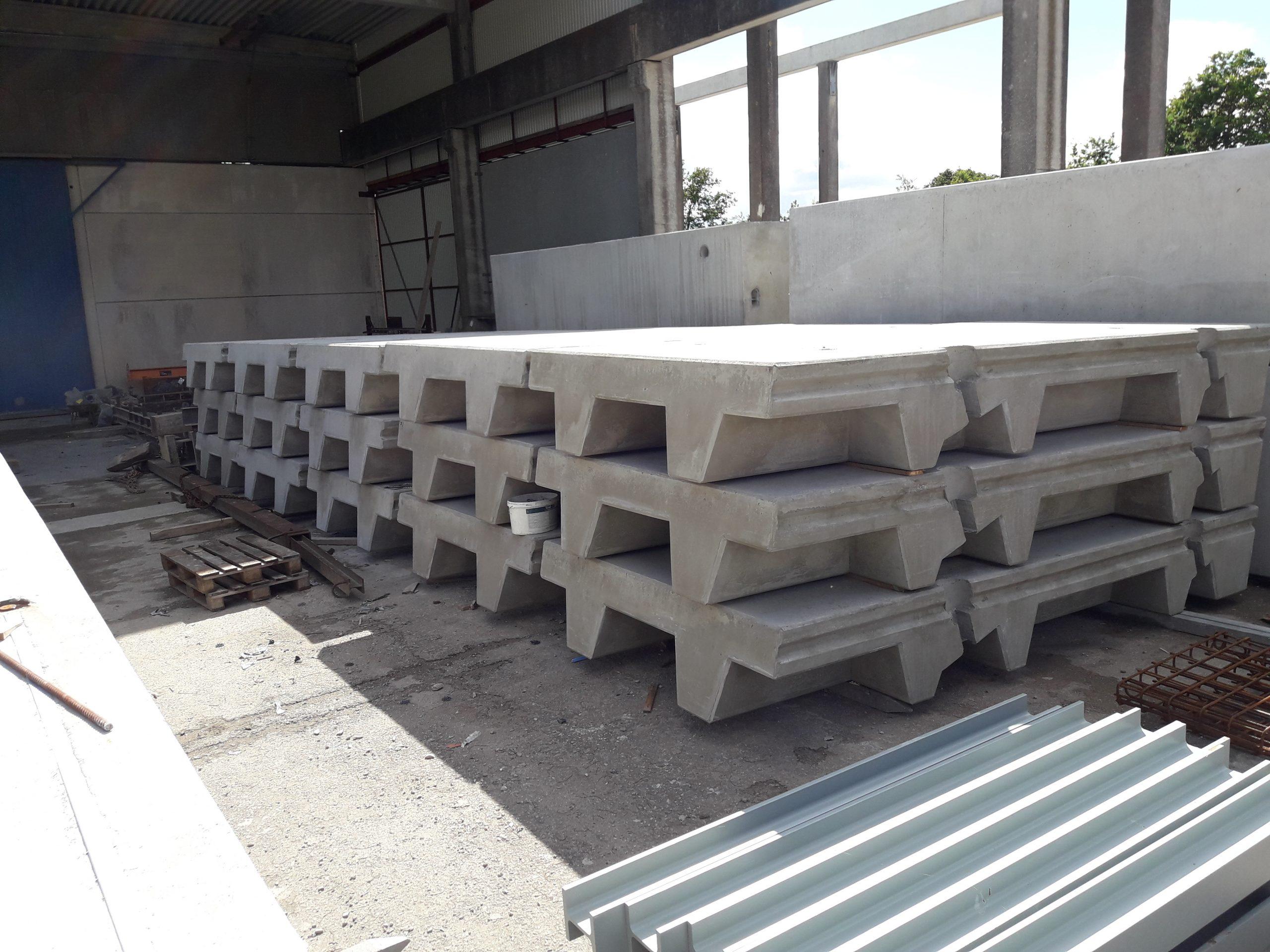 63 Stahlbeton-Wandfertigteile je 13 t, 2,40m breit 4,40 m hoch